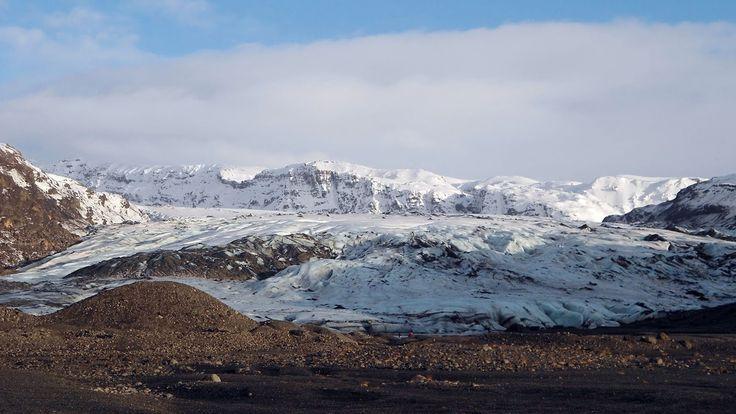 Island, eine einzigartige Insel mit einer überwältigenden Landschaft. Wir stehen vor riesigen Vulkanen und beobachten Geisire. Heiße Quellen und eiskalte Gletscher.