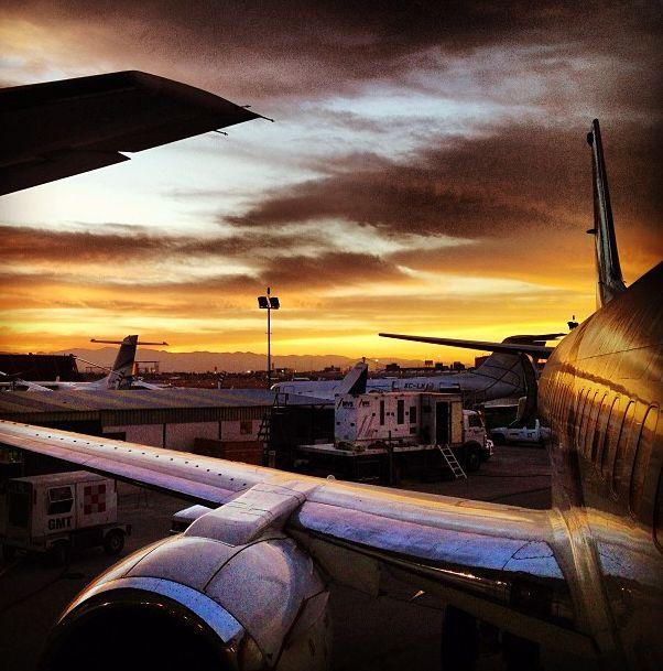¡Nuestro atardecer desde el hangar! #Magnicharters #Avión #B737 #737