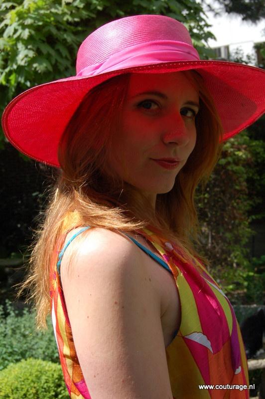 Judith met roze hoed in de tuin van Tassenmuseum Hendrikje, juni 2012