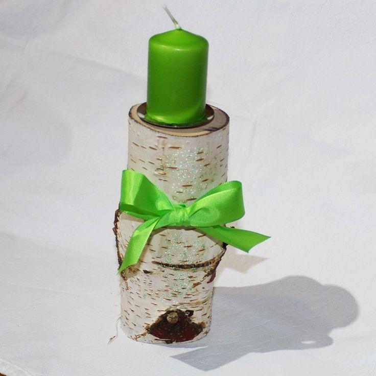 Jarní svícen z březového polena Přírodní březový svíen má výšku 16 cm, horní průměr cca 6,5 cm. Z přední části je dodekorován drobnými zelenými perličkami.
