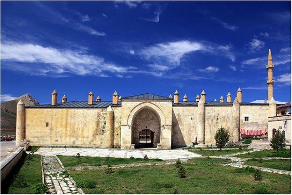 Mama Hatun Kervansarayı, Saltukoğulları Hükümdarı II. İzzettin Saltuk'un kızı Saltukoğulları Beyliği'nin hükümdarıdır.1191 yılında hükümdar olmuştur. Kadın hükümdar, Tercan'da Orta Çağ Türk mimarisinin en ilginç ve önemli eseri kervansaray, hamam, mescit ve kendi türbesinden oluşan büyük bir külliye inşa etmiştir.