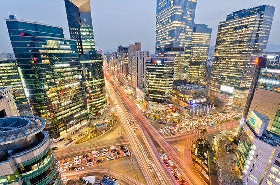 """Tuy nhiên, tới đây sẽ có thêm hàng loạt các tập đoàn lớn ở nước này bị chính quyền """"sờ gáy"""" do liên quan tới bê bối hối lộ.   Trụ sở Tập đoàn Samsung tại khu Gangnam, thủ đô Seoul (Nguồn: Getty).  Thời hoàng kim của các Chaebol Trong khoảng những năm 1990, người dân Hàn Quốc thường có câu nói đ..."""