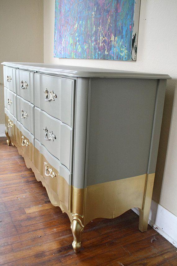 Le doré sera l'une des couleurs de l'année. Ici, on la retrouve toute discrète sur ce meuble de chambre.