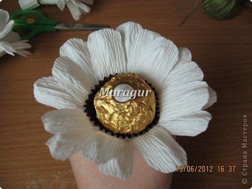 """Мои ромашки. В основе маленькая банка с печеньем """"Tivolli"""" с шоколадной крошкой. Ромашки - """"Ферреро роше"""". фото 14"""