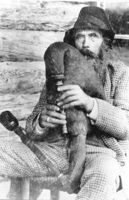 Estonia. Torupillimängija Andres Metsniit - Andres Metsniit ehk Ränga taat Muhust, Foto: P. Parikas, ETMM. Primi decenni 1900