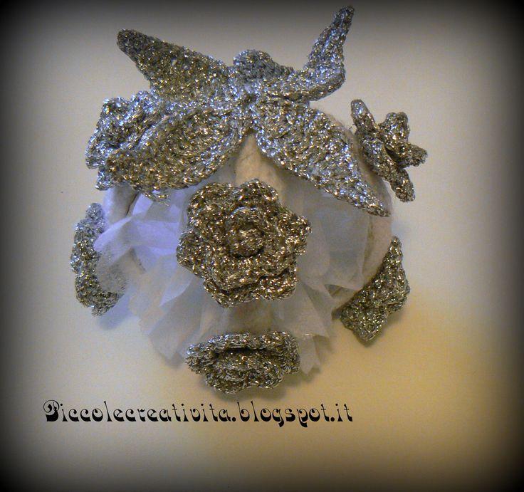 pallina riciclosa con rose e foglie ad uncinetto  http://piccolecreativita.blogspot.it/2012/12/palline-di-natale.html https://www.facebook.com/pages/Piccole-Creativit%C3%A0/405372949487691