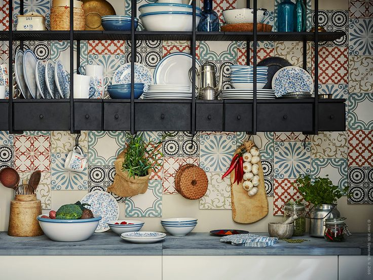 Nya porslinsserien FINSTILT är inspirerad av äldre målningstekniker för att dekorera porslin. Ett vackert tillskott i det rustika eller moderna köket.
