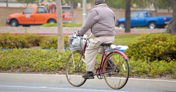 Cómo aprender a andar en bicicleta a los 53 años. Sólo porque no aprendiste a andar en bicicleta cuando eras joven no quiere decir que no puedas aprender a hacerlo ahora. Aprender a andar en bicicleta a los cincuenta puede darte un sentido del logro. También puede aportarte otra actividad para ayudarte a mantenerte en forma. Una cosa que debes recordar cuando aprendes a andar en bicicleta a los ...