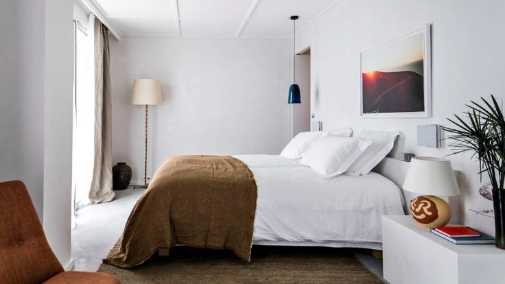 A l'hôtel Les Roches Rouges sur la Côte d'Azur, l'architecture laisse s'exprimer la nature. Un spectacle dont on profite pleinement dans les 50 chambres et suites lumineuses et volontairement épurées de l'hôtel de Saint-Raphaël. #hotel #luxe #luxury #design #saintraphael #france #frenchriviera #cotedazur #provence #mediterranee