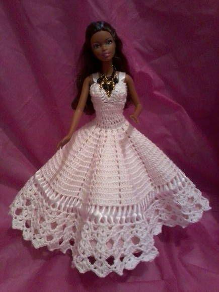 Vestido branco todo em croche, decorado com trançado em fita de setim, saiote  em filó e forro de tecido rosa claro. Acompanha um lindo maxi colar em preto e dourado.