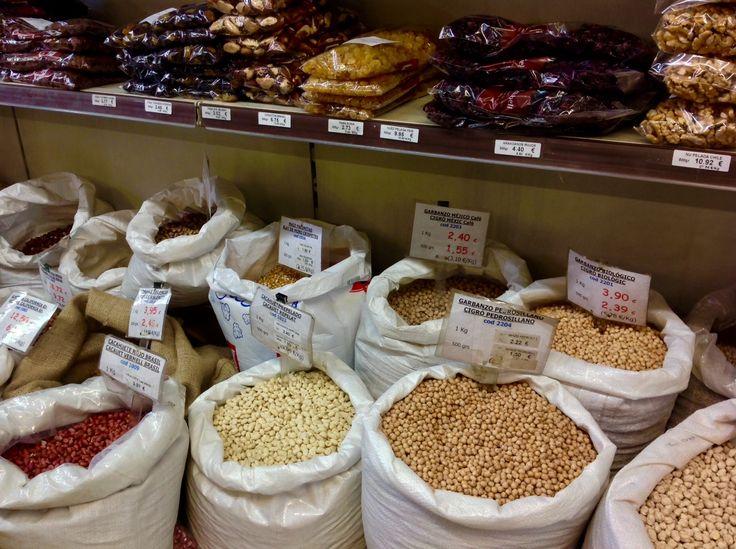 Legumbres a granel en Can Renobell, Barcelona.