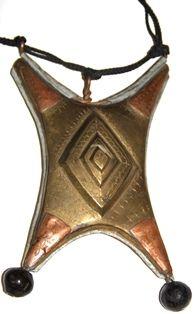Tcherot, Amuleto antiguo tuareg de plata, bronce, cobre, ebano, 20x12 cm, Mali,  62,95 € . Antiguo amuleto tuareg (tcherot) de plata, bronce, cobre y ébano, procedente de Malí.  Está decorado con bonitos grabados que confieren protección a su portador. Contenía versos del Corán u otros textos protectores para alejar las malas influencias y al mal. Otras denominaciones: -gris-gris-, -kitab-, -gri-gri-. Primera mitad del siglo XX. http://nellass.com/categories/CUENTAS-DE-%C3%81FRICA/-Tuareg/