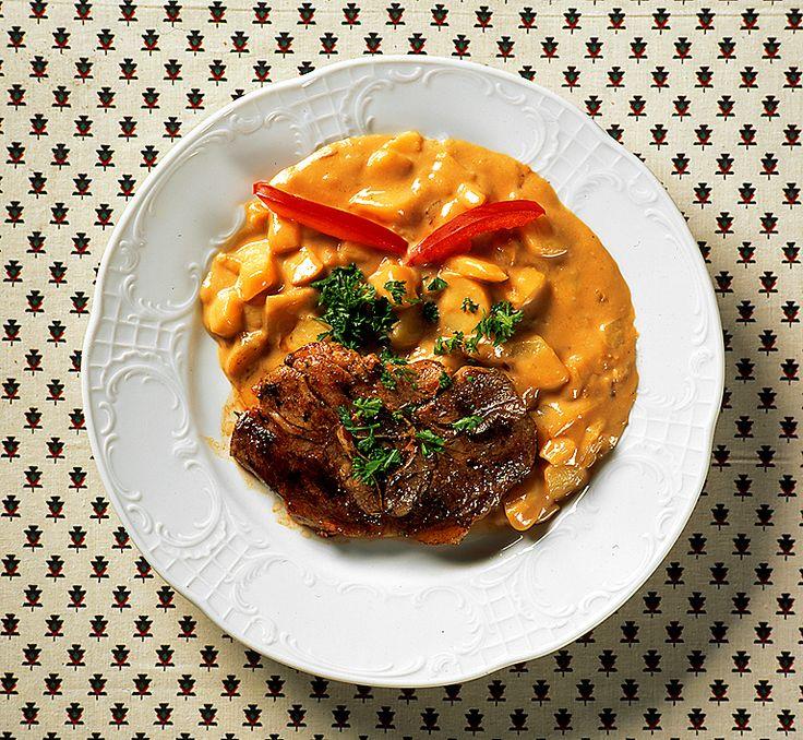 Lökstuvad potatis med lammkotlett | Recept.nu