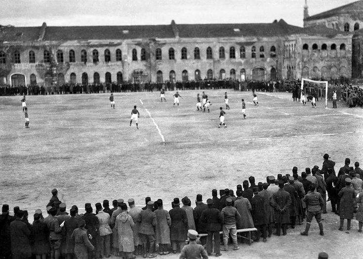 Taksim Stadı'nda (Topçu KIşlası), Fenerbahçe'nin İngiliz işgal birliklerinden oluşan karma takımı 2-1 yenerek General Harrington Kupasını kazandığı maç, 29 Haziran 1923