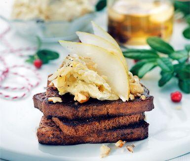 Gillar du pepparkakor med ädelost? Då måste du testa den här mjuka, smörstekta pepparkakan med gräddädelkräm! Toppa med tunna päronskivor, valnötter och ett stänk svartpeppar.