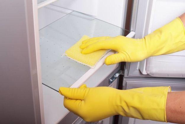 Чем помыть холодильник 13. Лучшее средство для мытья холодильника изнутри — это сода и чистая вода. Растворите 2 столовые ложки соды в 1 литре воды и тщательно помойте этим раствором все полки и внутренние стенки, после чего протрите мягкой тряпкой. 14. Для мытья внутренних стенок холодильника можно использовать также яблочный сидр, который остался после посиделок с друзьями. Просто разведите его с горячей водой в пропорции 1 к 4 и протрите все загрязненные поверхности. 15. Резиновые упл...