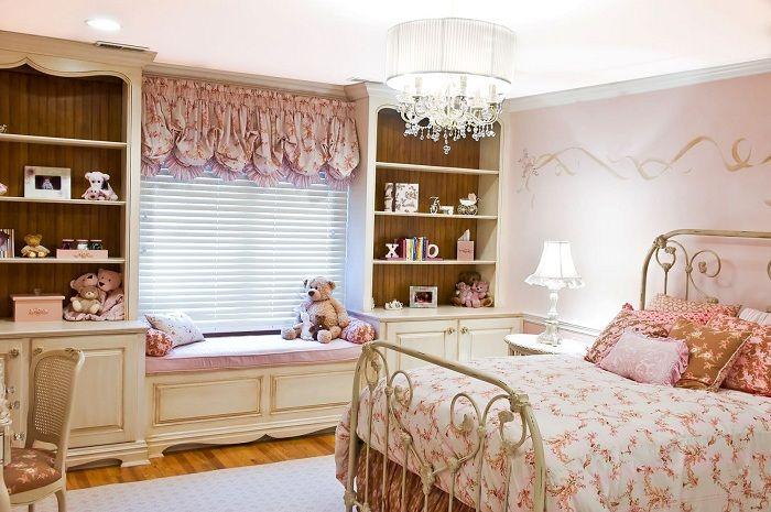 Отличная обстановка спальни для настоящей принцессы, с подходящий интерьером.