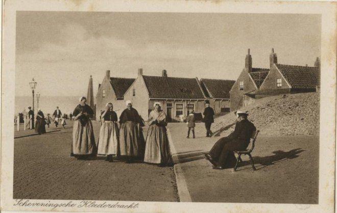 Zeekant, gezien naar de Vuurbaakstraat (rechts); links op de achtergrond de Naald; op de voorgrond vier Scheveningse vrouwen in dracht. ca 1910 Weenenk & Snel, Den Haag, nr. Sev. 49 #ZuidHolland #Scheveningen
