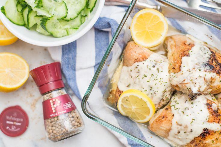 Mocht je nog op zoek zijn naar een verrukkelijk kiprecept: deze Citroen-Witte peperkip uit de oven met romige knoflooksaus is to die for.