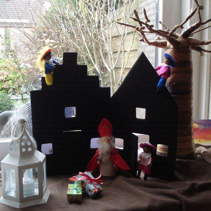 Sinterklaas en zijn Pieten op het dak.
