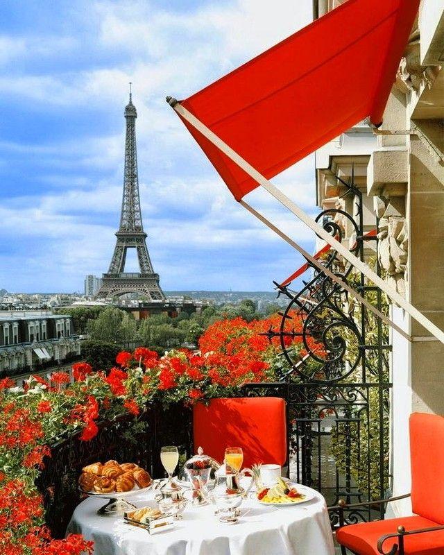 Вид на Эйфелеву башню с балкона