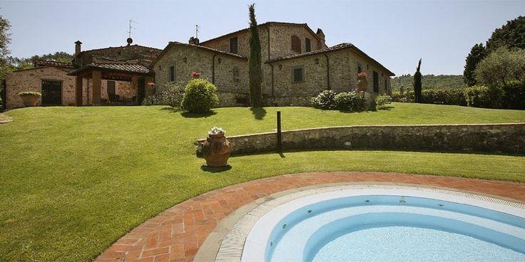 La villa indipendente, costruita nella seconda metà del 18° secolo, si trova al centro di un terreno di oltre 7 ettari di bosco e olivi, sulle ultime