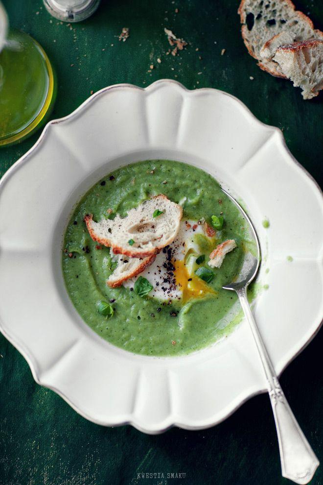 Zupa brokułowa z jajkiem w koszulce i oliwą truflową