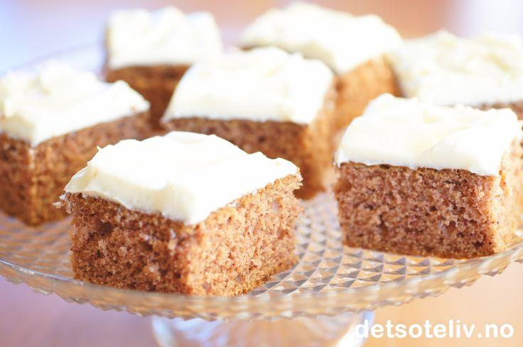 Ostekrem brukes ofte på gulrotkaker, men passer like godt sammen med en myk og saftig krydderkake! Oppskriften er til stor langpanne.