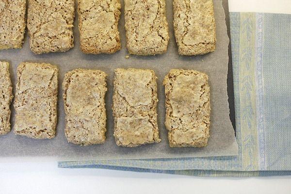 В этих пирожных используется жареный миндаль, они вкусные, хотя, как и большинство рецептов по ГОСТу, очень сладкие. Состоят из двух слоев - нижний из песочного…