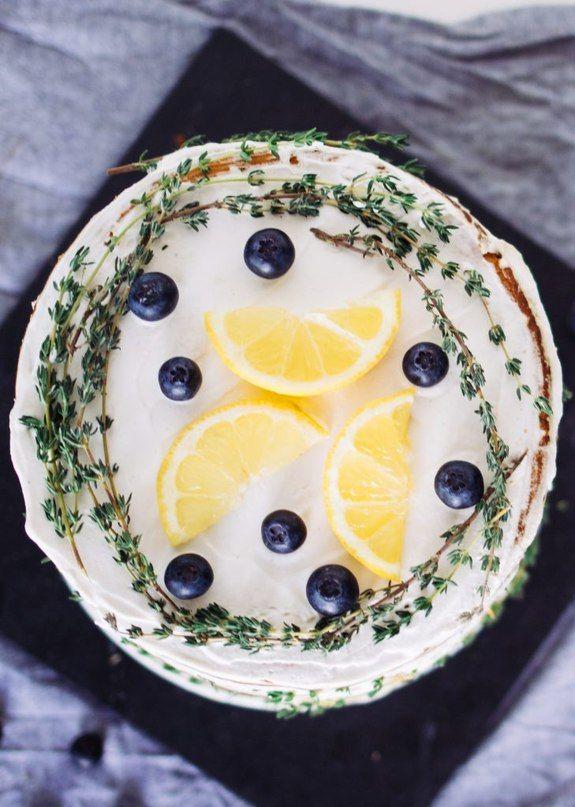 Торт с лимоном и тимьяном (веган)    Ингредиенты:     Для коржей:   • 4 чашки муки   • 1 чашка сахара   • 1 упаковка веганского маргарина / раст. спреда   • 2\3 чашки растительного молока   • 1 упаковка ванильного сахара   • 1\2чайной ложки соли   • 1 упаковка разрыхлителя   • 2 лимона   • ⅕ чашки газированной воды     Для лимонного крема:   • ¾ чашк лимонного крема (уваренного сахарного сиропа с соком лимона, крахмала и растительного молока)   • 3 чашки сахарной пудры   • мякоть стручка…