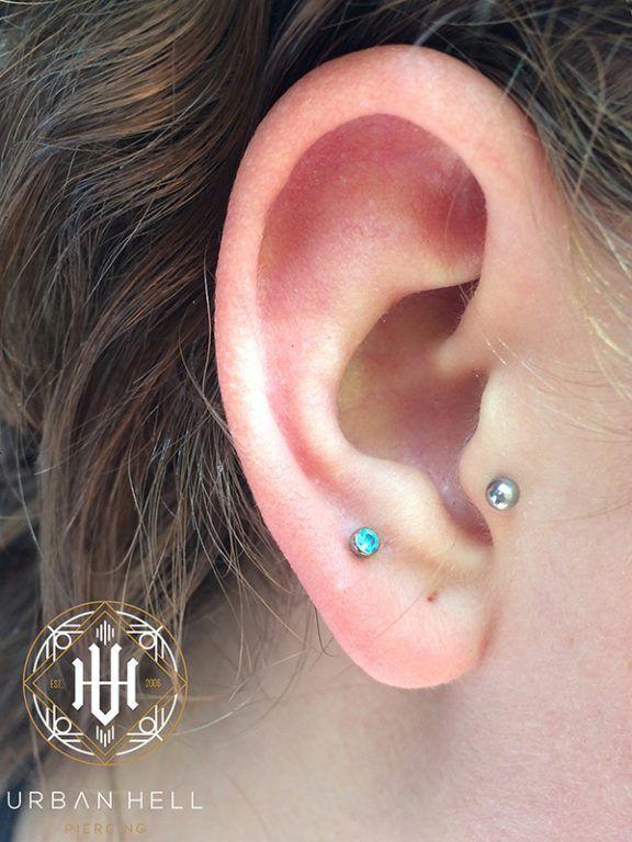 Piercing segundo lóbulo con bezel de cristal turquesa de neometal #Piercing #PiercingOreja #PiercingSegundoLobulo #Neometal #PiercingEar #PerforacionOreja