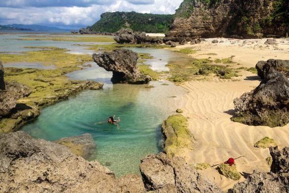 Click here to find out the exact location of this hidden beach with a gorgeous water pool in Okinawa, Japan. | Photo Credit: The Nomadic People