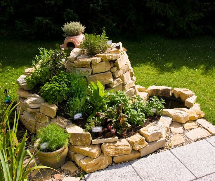 Spirála ve středomořském stylu z lomeného kamene.    (Zdroj obrázku: http://beaute.blog.cz/0908/bylinkova-spirala)