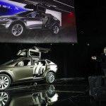 Kara Şimşekler Geliyor >> Elon Musk yönetimindeki Tesla Motors 3 yıl içinde kendi kendine giden otomobiller üretecek  Google'ın otomobilleri her ne kadar hazırcevap KITT gibi sürücüsüyle laf yarıştıramasa da 2013 yılında bu otomobiller 700 bin km'den daha fazla yol yapmış durumda. Şimdi de dünyada elektrikli otomobil üretiminin öncülerinden olan Tesla Motors'un sahibi Elon Musk, 3 yıl içinde kendi kendine giden arabaları satışa sunacaklarını söylüyor.