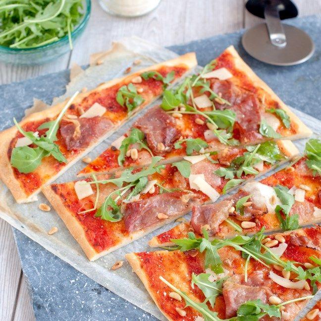 Pizza Parmaham met mozzarella en pijnboompitten