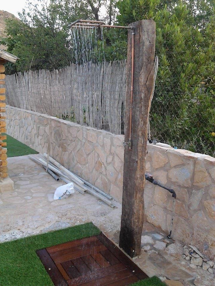 ¡Buenos días! Mirad que ducha más chula han hecho en mi jardín con una traviesa de tren y unos tubos de cobre reciclados. ¡Mi albañil es un artista! #DUCHA