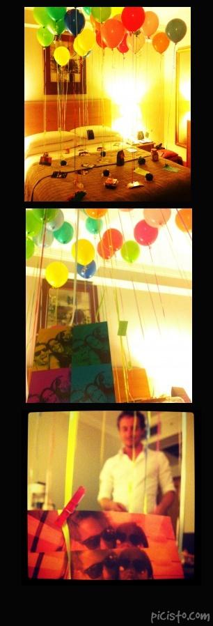 Globos con helio sobre su cama, cada uno amarrado a una foto o un regalo especial. Cada foto lleva un mensaje y cada regalo es alguna de sus cosas favoritas. (dulces, cupcakes, entradas al cine, botellitas de licor, etc) <3  Helium Balloons attached to pictures and some of his favorite things, like cupcakes, lollies, mini vodka bottles, tickets for a game or a movie, etc! Every picture has a message at the back.  #balloons #helium #couples