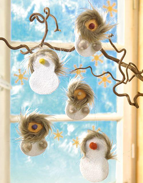 """Eskimo mit Filz und Fell (Idee mit Anleitung – Klick auf """"Besuchen""""!) - Viele süße Eskimos sehen ganz toll aus am Christbaum! Kinder haben besonders viel Spaß daran, diese knuffeligen Baumhänger zu basteln!"""