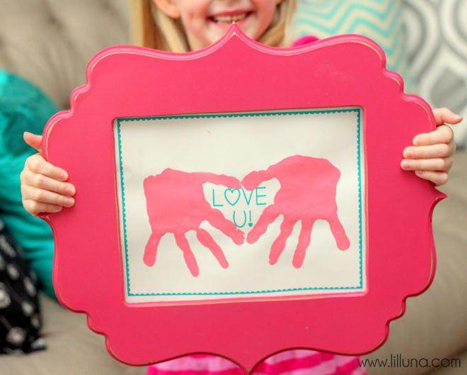 manualidad infantil para el dia de la madre, marco con las huellas de las manos