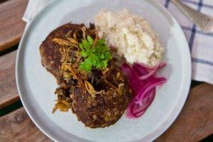 Receptet+på+pannbiff+med+blomkålsmos,+svamp+och+snabbsyrad+rödlök+är+klassisk+husman,+går+lätt+att+laga+och+smakar+så+gott.