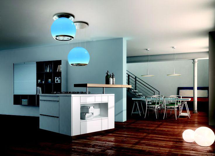 """Arkea, biała kula z poliwęglanu z wykończeniem ze stali, jest absolutną gwiazdą w kuchni, oferując maksymalny komfort okapu i funkcjonalność dzięki technologii Fabera """"Up & Down"""". Paski oświetlenia LED wewnątrz kuli rzucają wspaniałe, równomierne światło, podczas gdy 4 diody LED od spodu okapu skutecznie oświetlają płytę grzewczą. Użycie LED pozwala na znaczne oszczędności energii. Arkea przyciąga uwagę łagodnie zmieniającą się kolorystyką..."""