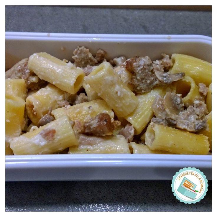 Schiscetta alla romana: Rigatoni gratinati al forno con funghi e salsiccia...
