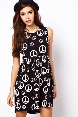 ASOS – Hängerkleid mit Peace-Zeichen-Muster
