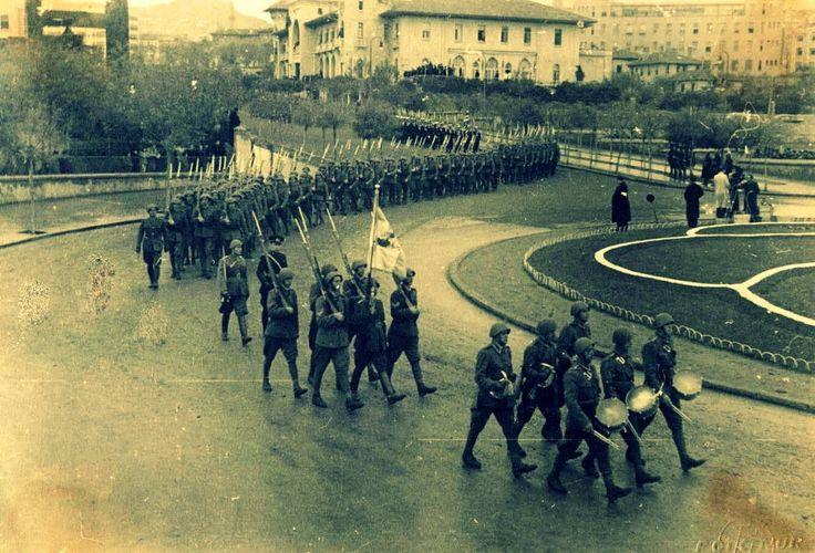 Cenaze töreninin yapılacağı 21.11.1938 günü, yurt dışından gelen yabancı heyetler, milletvekilleri, askerler, bürokratlar, halk büyük bir hüzün ve saygı içinde bir araya gelmişlerdi. Saat 9:50'de Atatürk'ün naaşı bir top arabasına nakledilmek üzere hazırlıklar başlamış; yaverler katafalkın üzerindeki atlas bayrağı kaldırmışlardı. Tabutu götürecek olan 12 milletvekili iki tarafa altışar olarak dizilmişler ve tabutu top arabasına yerleştirmişlerdi.