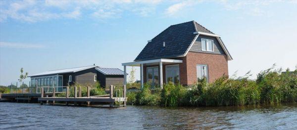 Met een vakantiehuis aan het water beleeft u een unieke vakantie met een prachtig waterrijke omgeving. Vanaf uw vakantiehuis kunt u zo het meer opvaren om vervolgens te genieten van de rust en betoverende omgeving om u heen. Ook kunt u vanuit uw vakantiehuis aan het water in Giethoorn de watersport goed beoefenen, heerlijk zonnebaden en een frisse duik nemen in het water. http://www.heerlijkehuisjes.nl/nl/vakantiehuizen-giethoorn