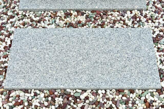 墓石まわりの小砂利や玉砂利 踏み石まわりの五色玉砂利などの散乱防止
