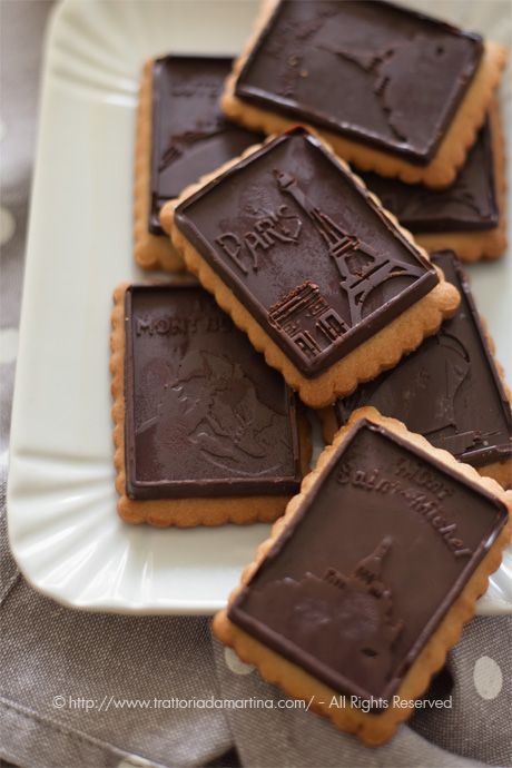 Petit beurre alla farina integrale di avena ricoperti da una sottile barretta di cioccoclato stampato