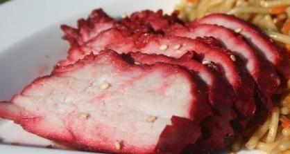 Surinaams geroosterd varkensvlees is heerlijk bij de nasi of bami. Het vlees krijgt een rode kleur door de toegevoegde saus. Deze saus k...