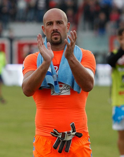 Pepe Reina Photos Photos - Pepe Reina of Napoli during the Serie A match between FC Crotone and SSC Napoli at Stadio Comunale Ezio Scida on October 23, 2016 in Crotone, Italy. - FC Crotone v SSC Napoli - Serie A