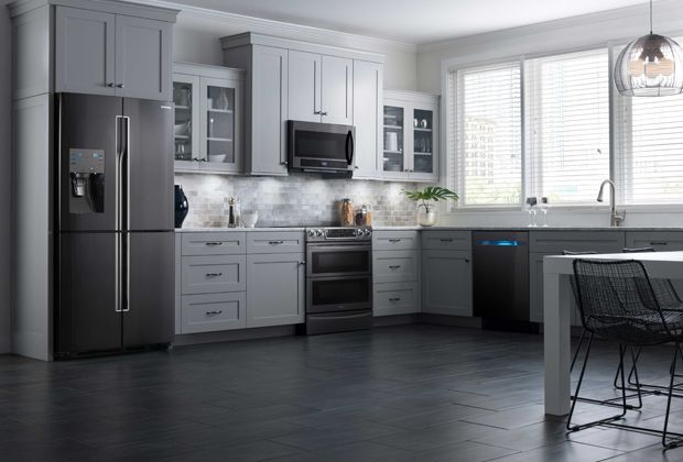 Présenté par Samsung. Accessoirisez votre cuisine avec du noir, qu'elle soit traditionnelle, moderne ou contemporaine. Cette couleur passe-partout est une favorite des designers, car elle ancre l'espace et ajoute du caractère et du contraste. #Cuisinedesign #acierinoxydablenoirSamsung